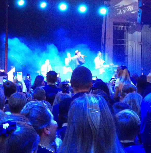 Mikael Gabriel esiintymässä 4. luokkalaisten lasten itsenäisyyspäiväjuhlissa Helsingissä. Hän oli tullut keikalle suoraan putkasta.