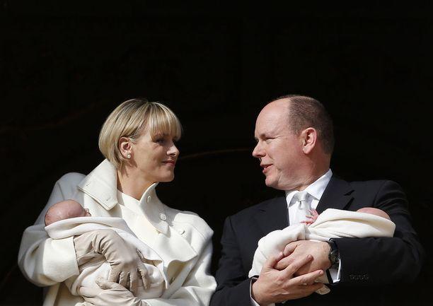Monacon kaksoset syntyivät joulukuun 10. päivänä 2014. Ylpeät vanhemmat toivat kaksosensa kansalaisten nähtäväksi ruhtinaanpalatsin parvekkeelle heidän ristiäistensä yhteydessä.