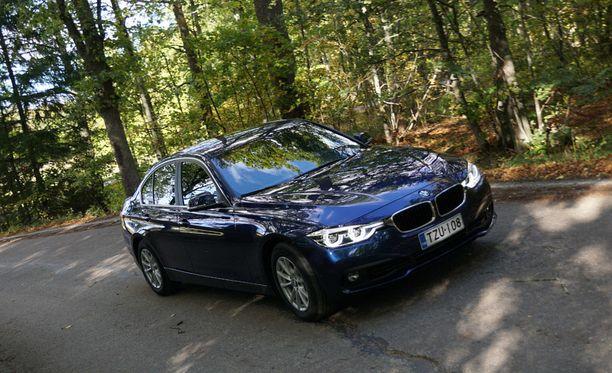 Autovalikoimasta löytyy esimerkiksi vuoden 2015 BMW 3-sarjan auto. IL arkistokuva.