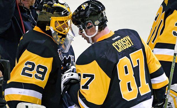 Sidney Crosby onnitteli maalivahti Marc André Fleurya voitosta.