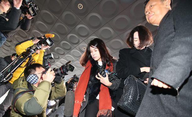 Cho Hyun-ah (toinen oikealta) saapui oikeuden eteen Seoulissa joulukuun lopulla.