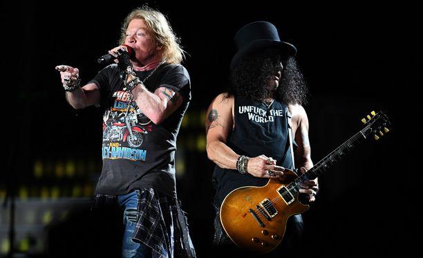 Laulaja Axl Rose ja kitaristi Slash hautasivat sotakirveensä vuosien vihanpidon jälkeen.