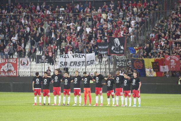 FC Dinamo Bukarest on saanut tuntea yllättävien sairaskohtausten tuskan usein. Kuvassa seuran pelaajat muistavat edesmennyttä pelikaveriaan Patrick Ekengiä vuonna 2016.