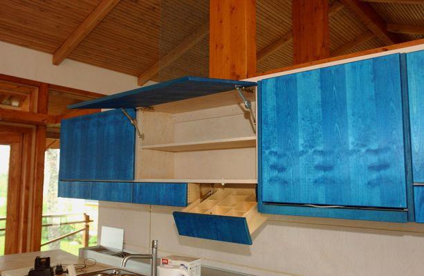 Pirteän siniset keittiön yläkaapit Kotkan asuntomessuilla vuonna 2002.