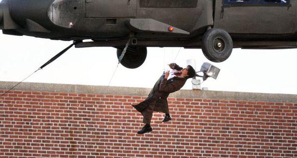 Kone oli nostettu nosturin avulla kymmenien metrien korkeuteen.