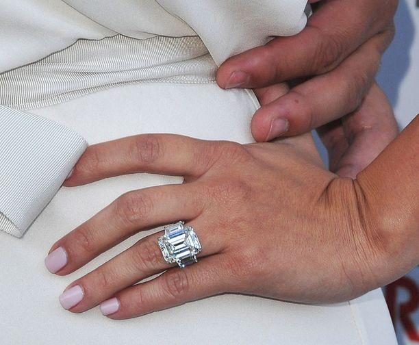 Kimin kihlasormuksen kerrotaan olevan jopa kahden miljoonan dollarin arvoinen.