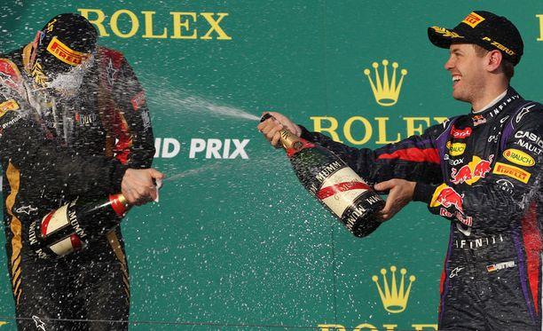 Kimi Räikkönen (vas.) ja Sebastien Vettel juhlivat Australian GP:n palkintopallilla.