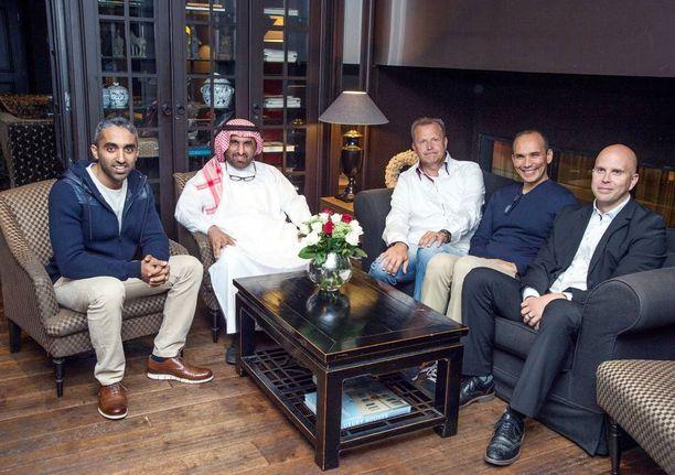 Valkoisessa maan kansallispuvussa sheikki Mohammed Al Qasimi ja hänen vieressään kuvassa vasemmalla poika Abdullah Al Qasimi. Sitten sheikin oikea käsi Taher Deghayes ja suomalaiset isännät Juha Vuorio ja Sami Peltola.