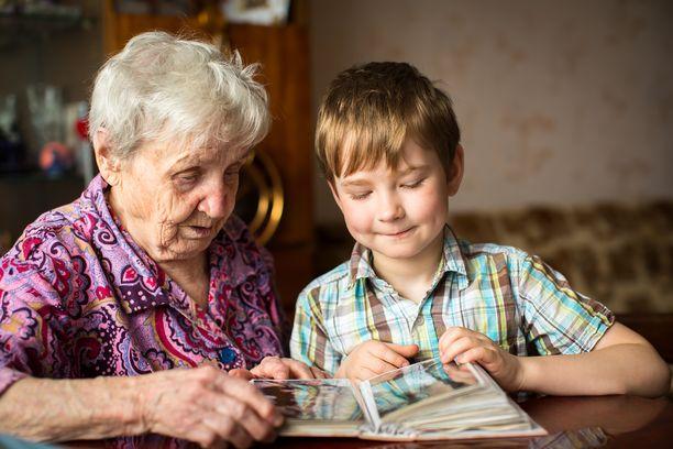 Vaikka omien vanhempien tai muiden läheisten sairastuminen voi pelottaa,  kannattaa lasten suhteita esimerkiksi isovanhempiin pitää yllä. Muistisairaus ei muuta ihmistä hetkessä.
