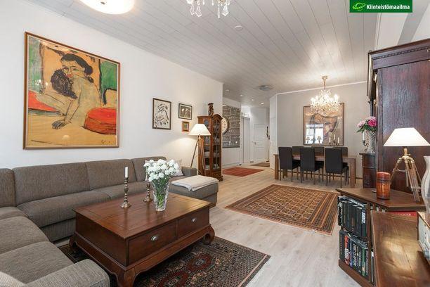 Suuri huone ja kaunis sisustus herättävät inspiraatiot. Erkkerit kruunaavat lisäksi tämän kodin tunnelman.