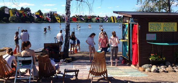 Karamzininrannassa Töölönlahdella kaksi kesää suppausta tarjonnut Hakuna Matata sai viranomaisilta lähtöpassit, koska 20 neliön rantakaistale halutaan puiston muiden tapahtumien käyttöön.