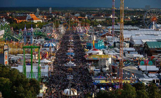 Oktoberfest on nykyään levinnyt laajalle alueelle, josta löytyy myös vaikkapa huvipuistolaitteita.