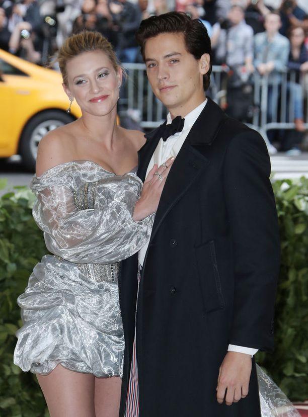Riverdalea tähdittävät Lili Reinhart ja Cole Sprouse rakastuivat kuvauksissa.