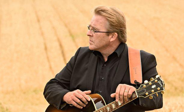 Nainen-kappale on Joel Hallikaisen säveltämä ja sanoittama.