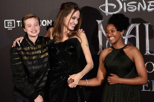 Angelina Jolie lastensa Shilohin ja Zaharan kanssa punaisella matolla.