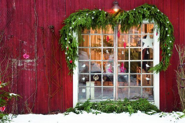Haluaisitko kurkistaa, miltä näyttää joulu yli 250-vuotiaassa hirsitalossa. Se onnistuu Ilona & joulu -lehden sivuilla.