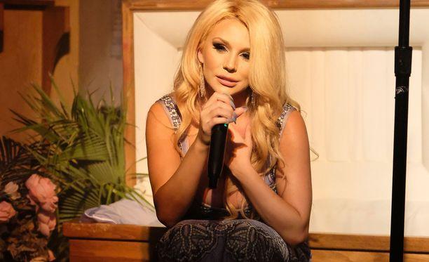 Courtney Stodden esiintyi levynjulkaisujuhlissaan ruumisarkussa ja sen edessä.