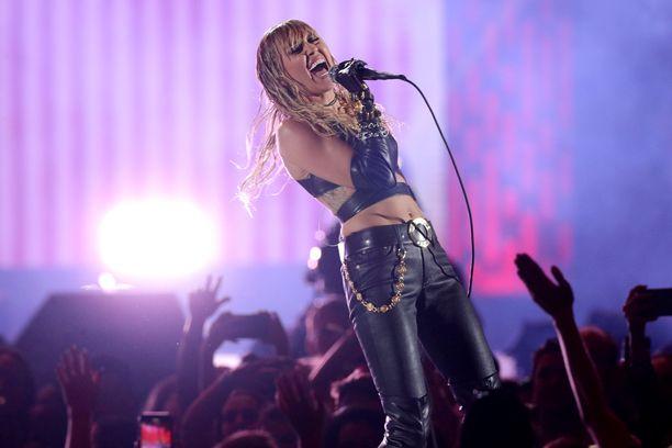 Miley Cyrus seurustelee tällä hetkellä Cody Simpsonin kanssa. Kumppanit ovat vaihtuneet tiuhaan avioeron jälkeen.