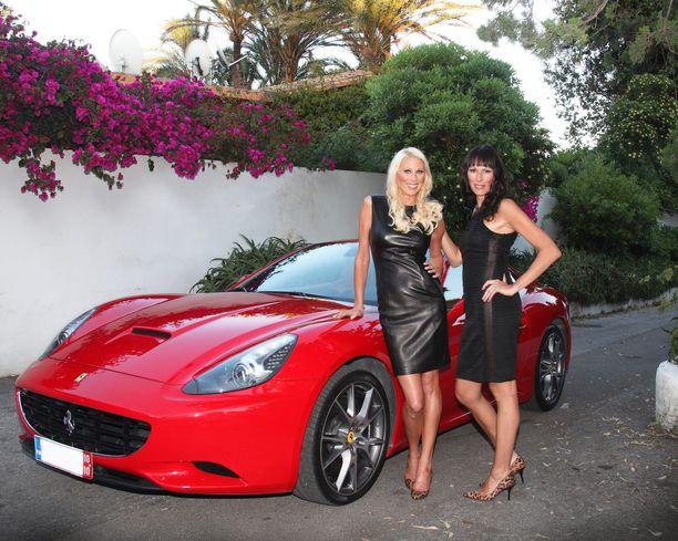 Miljonääriäidit Maria Alanen ja  Nina Grekin sekä surullisen kuuluisa Ferrari.