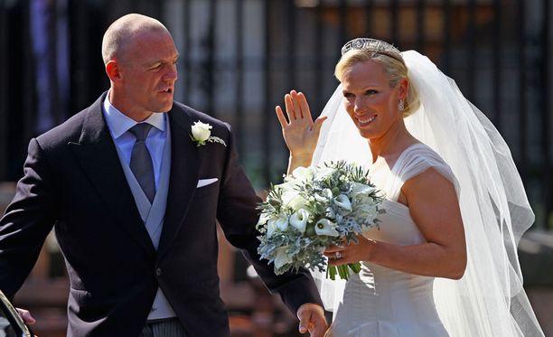 Naimisissa! Tuore rouva Zara Phillips vilkuttaa kameralle vilkuttaa häävieraille aviomiehensä Mike Tindallin kyljessä.