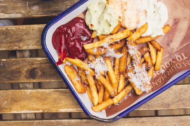 Social Burgerjointin ranskalaisten päällä on raastettua parmesaania.