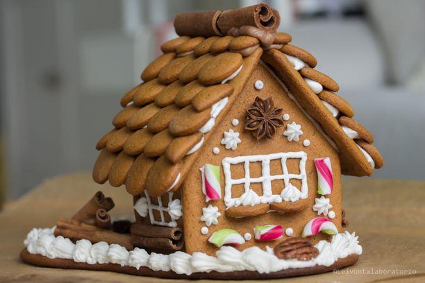 Leivontalaboratorio-blogia pitävä Kirsi Tirkkonen on innokas piparkakkutalojen rakentelija. Tänä vuonna hän on rakentanut jo kolme taloa.