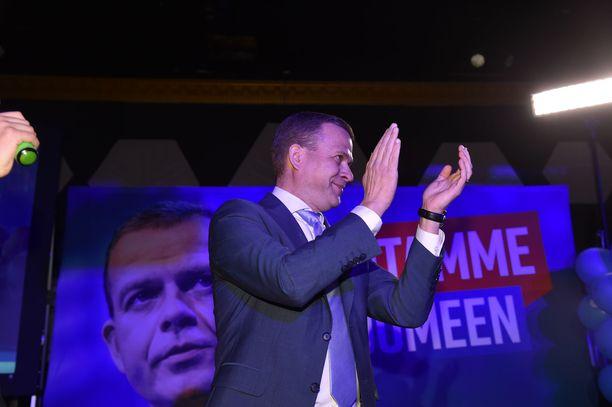 Kokoomuksen puheenjohtaja Petteri Orpo riemuitsi eduskuntavaalien ennakkoäänten jakautumisesta. Ennakkoäänten perusteella kokoomus olisi toiseksi suurin puolue.