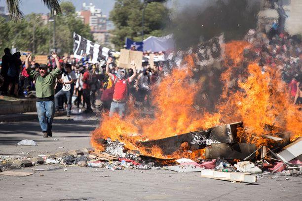 Mielenosoittajilla on kova rähinä päällä Chilen pääkaupungissa Santiagossa.