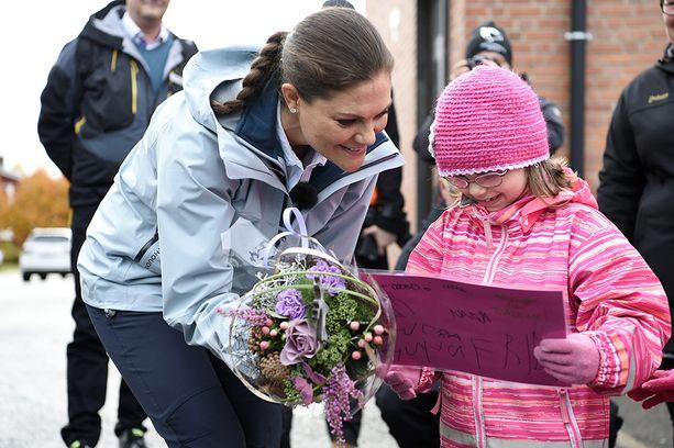 Victoria sai kukkia ja lahjoja.