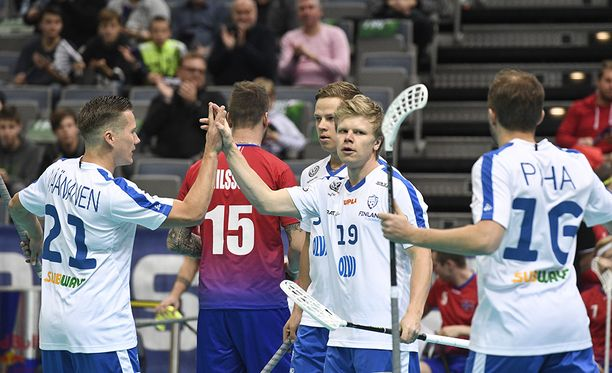 Jussi Piha (oik.), Joonas Pylsy (toinen oik.), Lassi Toriseva ja Tatu Väänänen (vas.) juhlivat maalia.