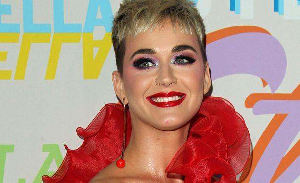 Pop-tähti Katy Perry on kiinnostunut kausikortista.