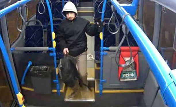 Poliisin mukaan Karjalainen nousi Itäkeskuksesta illalla 8. helmikuuta bussiin numero 93. Valvontakamerakuva.