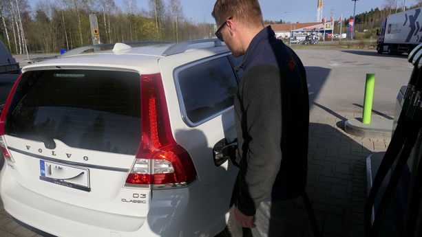 Janne Sjöblom tuli maanantai-iltapäivänä Tuusulan Riihikallion Nesteen jakeluasemalle tankkaamaan MY dieseliä vaimon kehotuksesta.