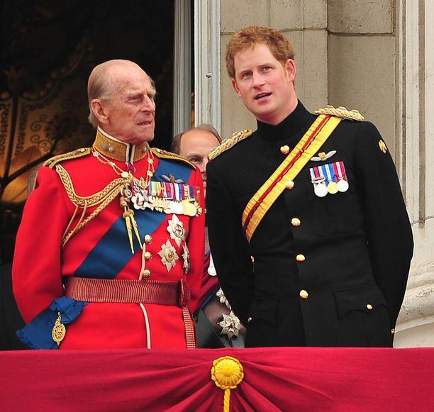 Kuvassa edesmennyt prinssi Philip ja hänen pojanpoikansa prinssi Harry.