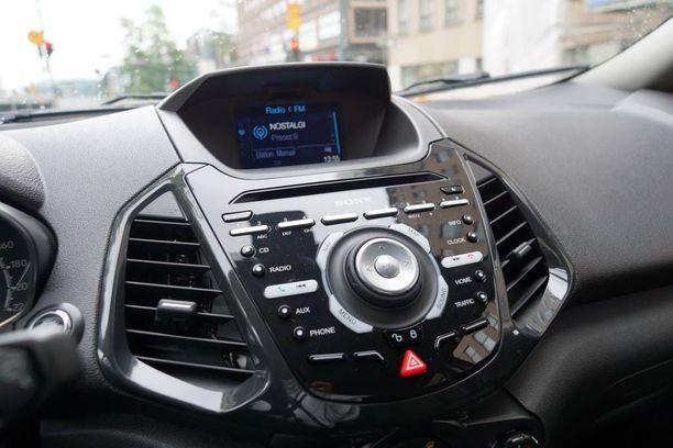 Ajoautossamme on lisähintainen Sonyn radio, navigaattori ja tietenkin Fordin SYNC-liitännät esimerkiksi älypuhelimille.