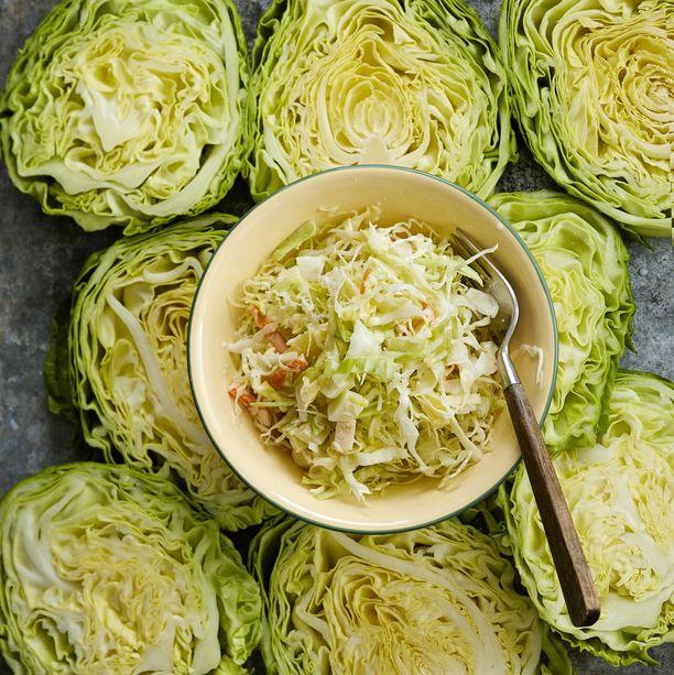 Varhaiskaalista voi tehdä esimerkiksi herkullisen Coleslaw-salaatin.