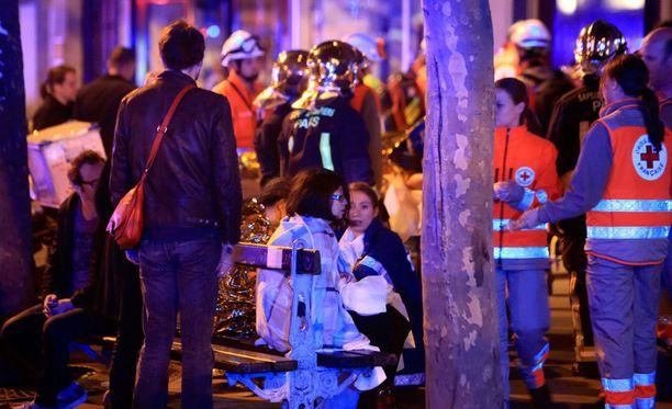 Pariisin terrori-iskuissa kuoli 130 henkilöä. Kuvassa Bataclanin ampumisesta selvinneitä ihmisiä konserttihallin ulkopuolella.