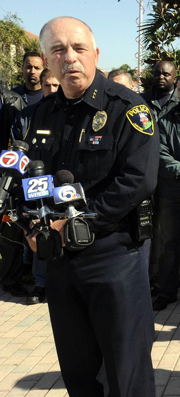 Poliisijohtaja Frank Kitzerow ei nähnyt muuta vaihtoehtoa kuin erottaa poliisit, jotka hänen mukaansa olivat aiheuttaneet häpeää koko poliisilaitokselle.