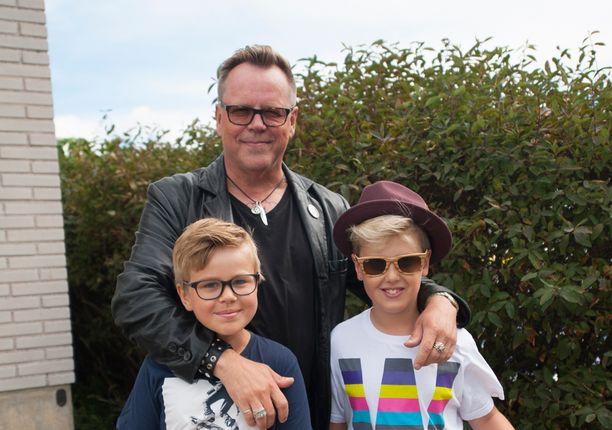 Neumannin pojat, Miska ja Noel, ovat 10- ja 12-vuotiaita.