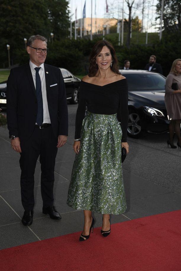 Maryn eleganttiin asuun kuului vihreä hame ja dekolteen paljastava musta paita.