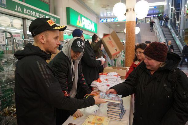 Räppärit jakoivat peräti 300 kappaletta itse ostamiaan ja pakkaamiaan ruokakasseja.