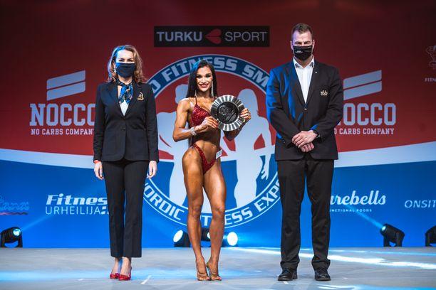 Elvi-Victoria Alekseeva SM-kokonaiskisan voittajan lautanen kädessään.
