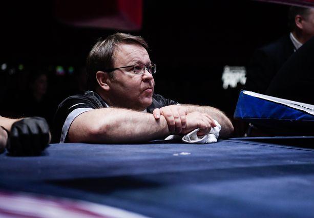 Pekka Mäki on erittäin kokenut nyrkkeilyvalmentaja. Hän on koutsannut esimerkiksi Amin Asikaista ja Edis Tatlia.