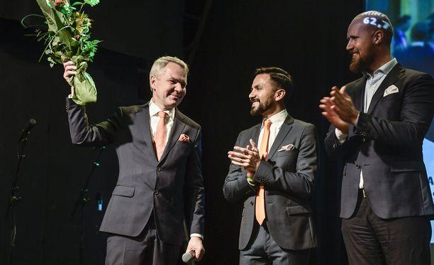 """Pekka Haavisto perusteli kampanjastrategiaansa sillä, että presidentinvaaleissa korostetaan ulko- ja turvallisuuspolitiikan osaamista. Haaviston mukaan hänen työnsä ei ole ollut """"leimallisesti vihreää työtä"""". Kuvassa Haaviston vierellä Antonio Flores ja Touko Aalto."""