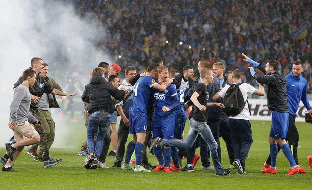 Dnipro Dnipropetrovskin fanien ja pelajien riemua finaalipaikan ratkettua.