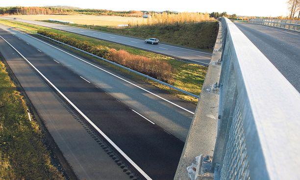MATKAN PÄÄ Kohtalokas ilta päättyi tälle sillalle ja sen alapuolella kulkevalle moottoritielle.