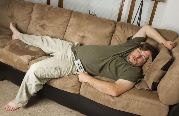 """Personal trainer haluaa saada """"sohvamiehet"""" liikkeelle. Se onnistuu hänen mukaansa pienillä muutoksilla, kuten kaurapuurolla ja muutaman minuutin treenillä."""