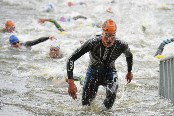 Kristian Blummenfelt (edessä) kertoi, että norjalaisten uima-asut saavat uuden värin vedessä.