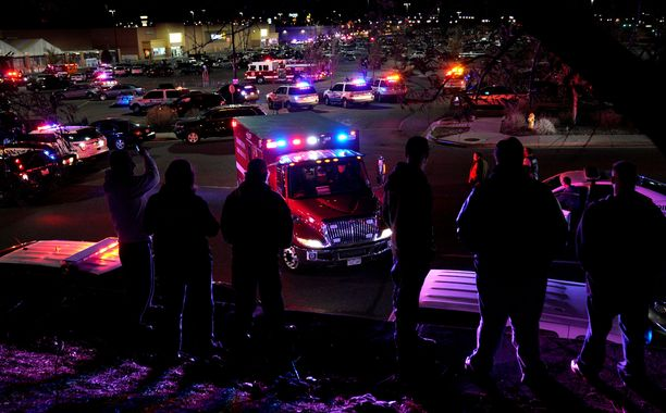 Ihmiset katselivat ambulanssien lähtemistä Walmartin pihasta Coloradon Thorntonissa.
