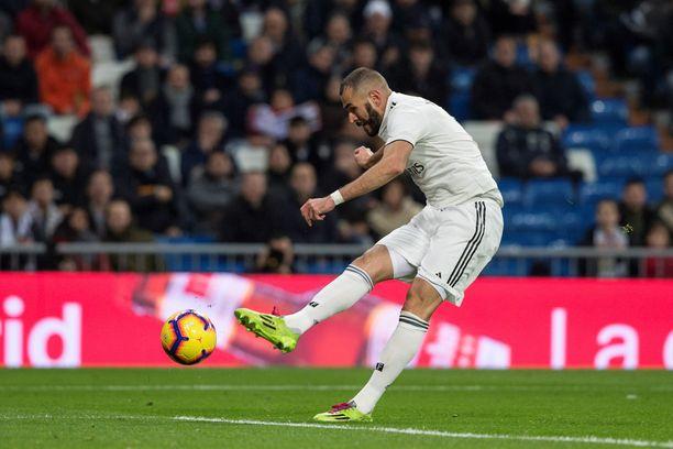 Karim Benzema teki Real Madridin voittomaalin Rayo Vallecanoa vastaan.